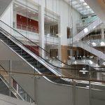 Escalators dans le hall d'entrée du nouveau Tribunal de Paris